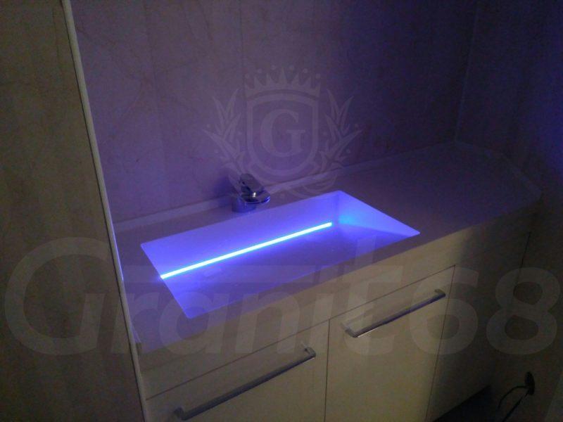 Столешница в ванную. Уникальная мойка с щелевым сливом и подсветкой. Плинтус.