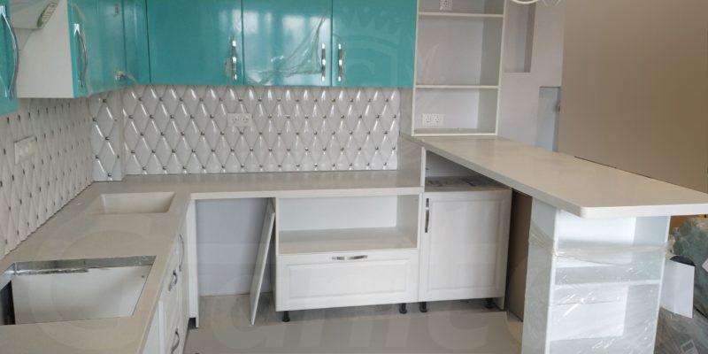 Двухуровневая кухонная столешница с барной стойкой. Мойка.